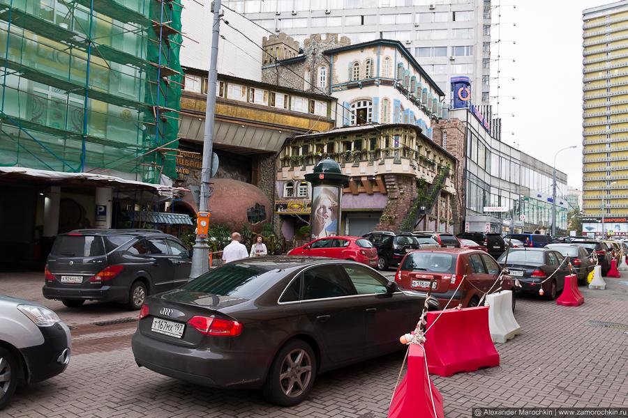 Припаркованные автомобили а Арбатском переулке