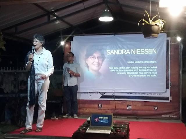 Sandra Niessen, Antropolog Belanda-Kanada yang selama hidupnya terus mengali seni dan budaya batak, khususnya ulos di Sumatera Utara, menjelaskan proses ulos dari awal pemintalan sampai penenun ulos - - Foto: Tagor Leo / Lintaspubliki.com