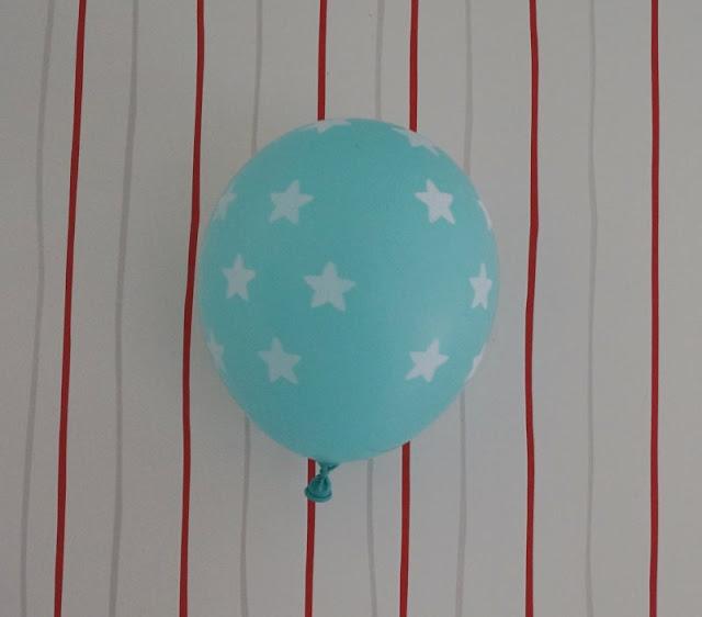 """In der zweiten Ausgabe meiner Serie """"Eine einfache Idee"""" zeige ich Euch, wie Ihr einen Luftballon dazu bringt, wie von Geisterhand an der Wand zu """"kleben"""". Ein toller Trick - ideal für den Kindergeburtstag oder als witzige Beschäftigung für Eure Kinder an einem Regentag!"""