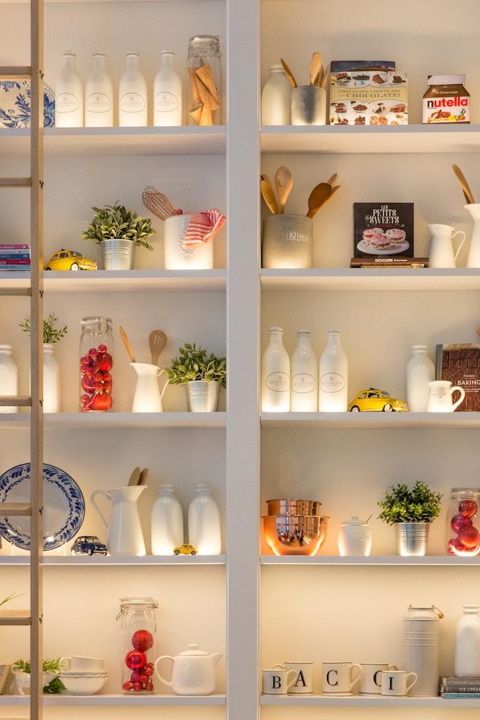 Librería de pladur en la cocina
