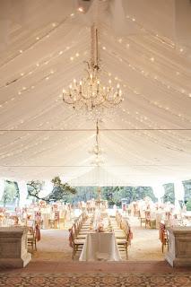 Iluminación con candelabros y chandelier para boda