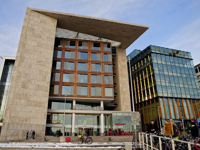 Vista frontal del edificio de la Openbare Bibliotheek Amsterdam