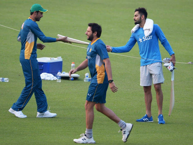 virat-kohli-gives-bat-to-mohammad-amir