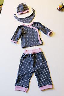 Mütze, Halstuch, Wickeljacke und Hose für Babys