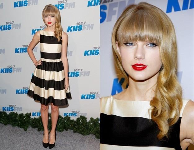 Combinar vestido negro con rayas