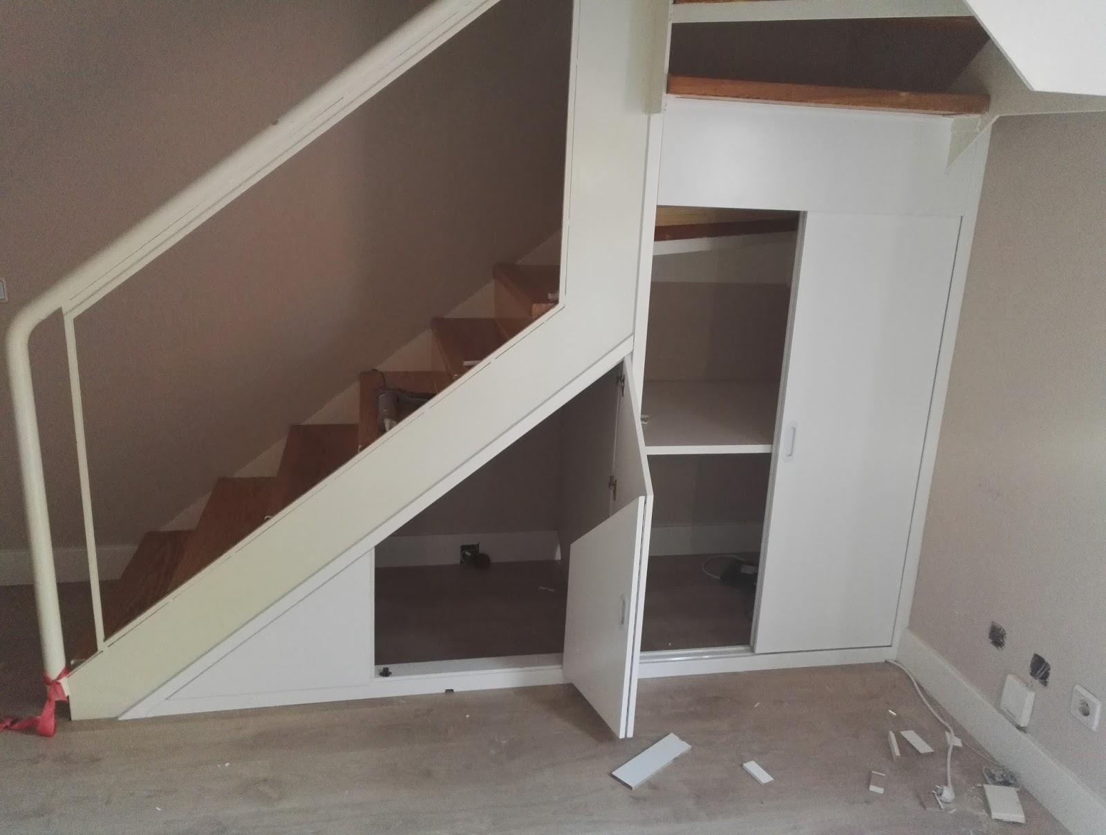 Muebles a medida frente armario bajo escalera lacado en for Armarios para escaleras