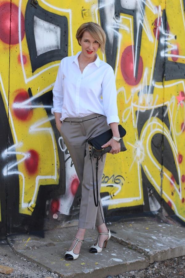 Klassische weiße Bluse zur 3/4 Hose