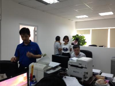 Ông Nguyễn Anh Tuấn (áo xanh) đang hướng dẫn thêm cho các hộ hoàn tất thủ tục