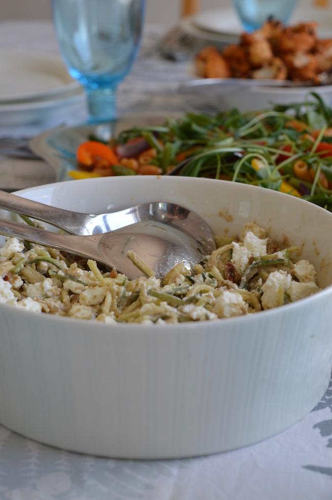 paahdettu harissa-kukkakaalisalaatti, tahini-kesäkurpitsasalaatti.brunssikirja