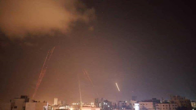 بالفيديو: عدوان على اللاذقية والدفاعات الجوية السورية تتصدى وتسقط عدداً من الصواريخ