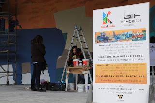 vecinos pintan un mural en la Herriko Plaza