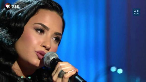 Demi Lovato canta en tributo a Ray Charles en la Casa Blanca.