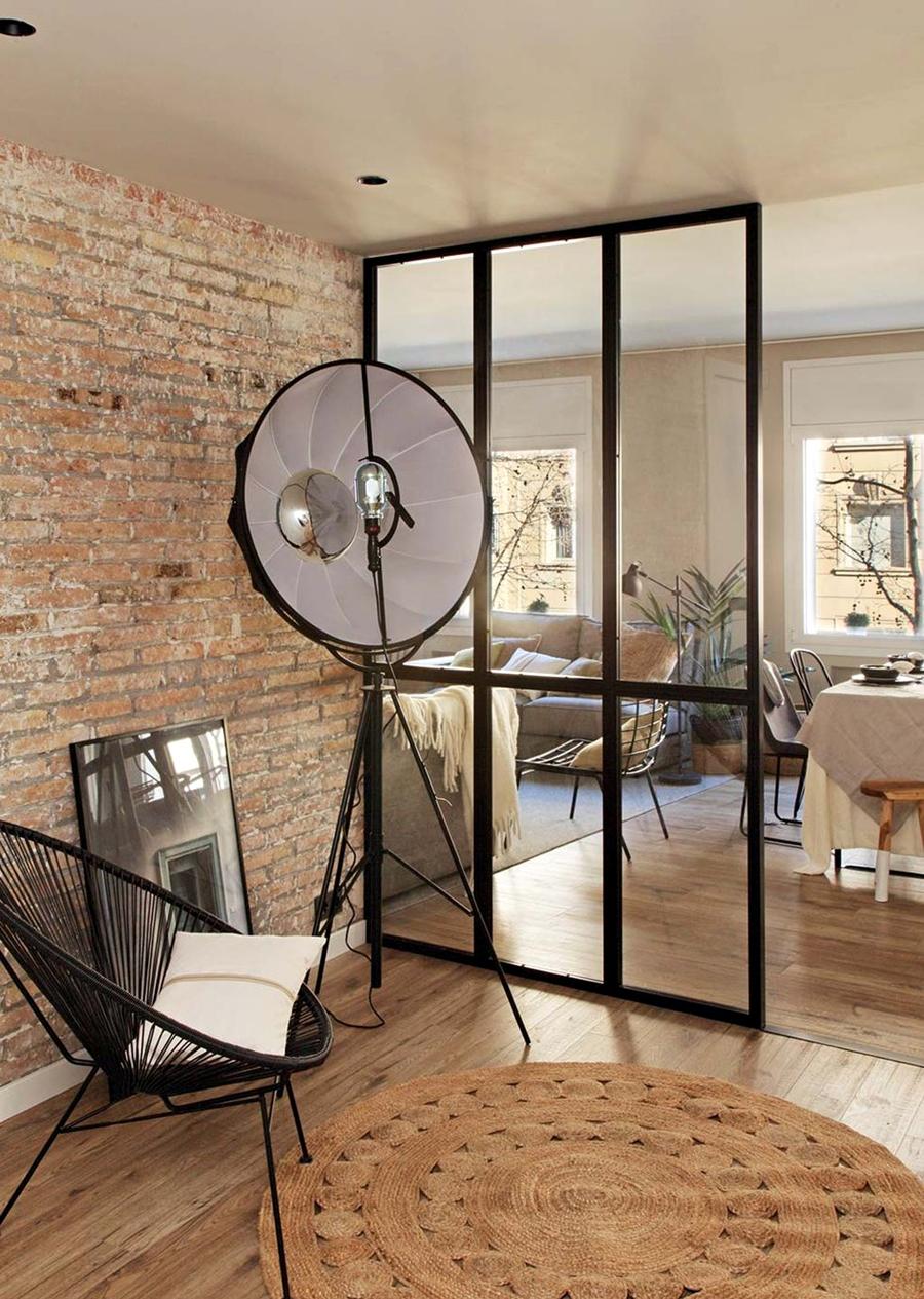 Industrialne elementy w stonowanym wnętrzu, wystrój wnętrz, wnętrza, urządzanie domu, dekoracje wnętrz, aranżacja wnętrz, inspiracje wnętrz,interior design , dom i wnętrze, aranżacja mieszkania, modne wnętrza, styl industrialny, styl loftowy, loft, stonowane kolory, naturalne dodatki, czarne dodatki, przedpokój, szklana ściana