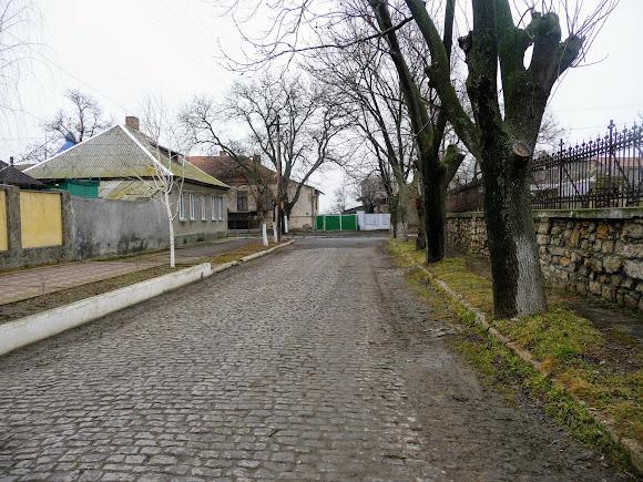 Белгород-Днестровский. Ул. Кутузова и ограда Армянской церкви