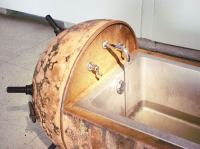 Mueble inusual con casco  de bomba
