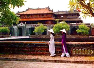 Vietnamese girls. Citadel of Hue (Vietnam)
