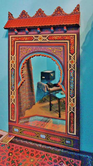 Изображение зеркала в номере отеля