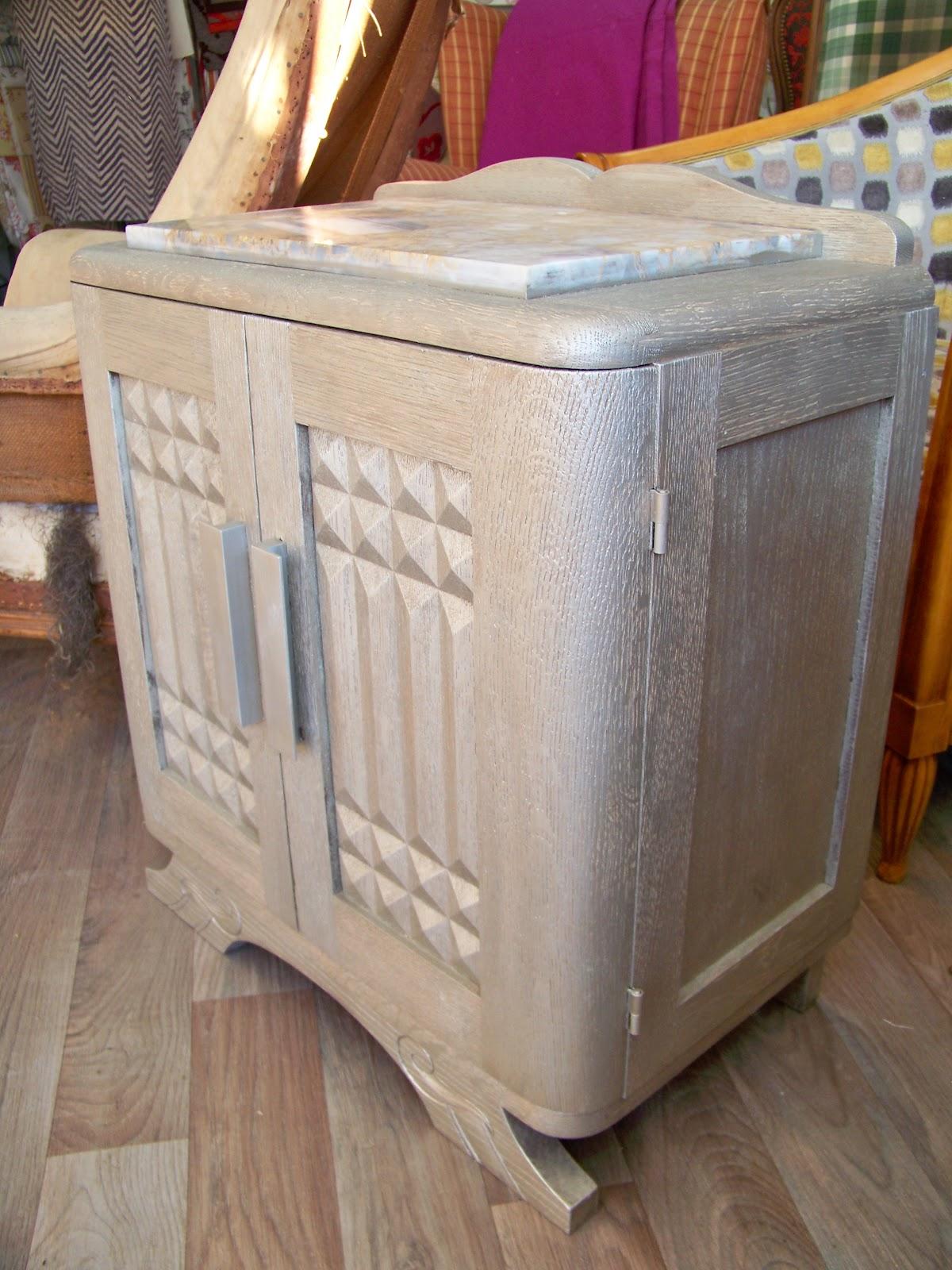 tapissier decorateur table de chevet. Black Bedroom Furniture Sets. Home Design Ideas