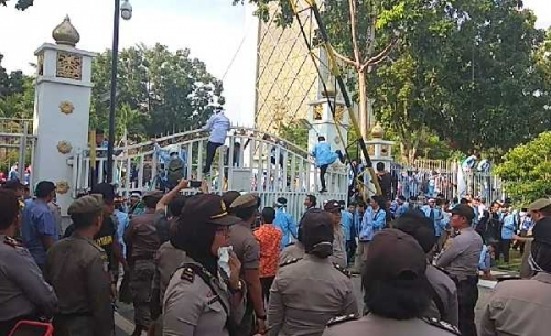 Memanas, Ratusan Mahasiswa Unri Berhasil Dobrak Gerbang Kantor Gubernur Riau