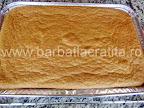 Prajitura cu piersici preparare reteta - scoasa din cuptor dar inca neintoarsa