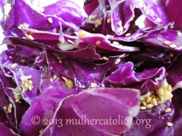Salada de repolho roxo com gengibre e gergelim