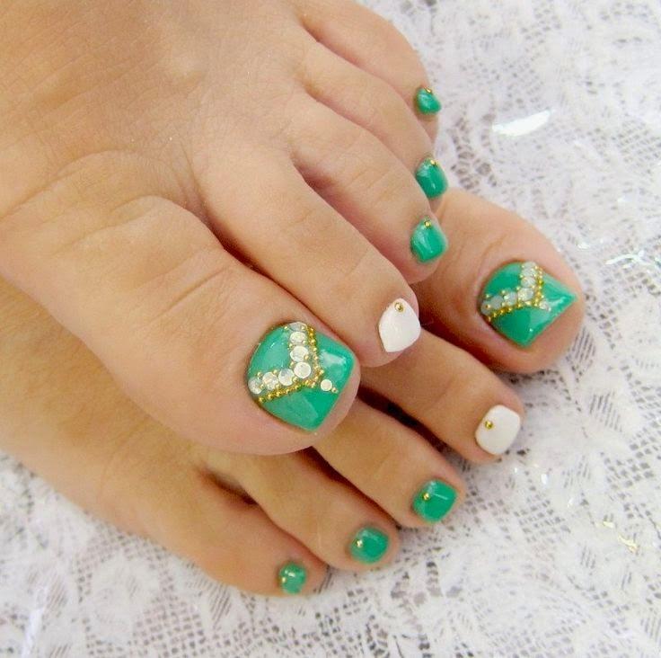 Uñas decoradas  con color verde y piedras