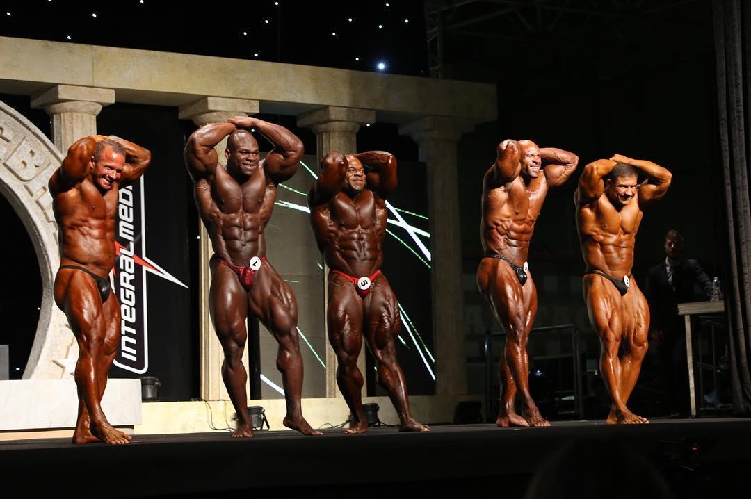 Kai Greene realiza posedown ao lado de seus competidores. Foto: Sérgio Souza
