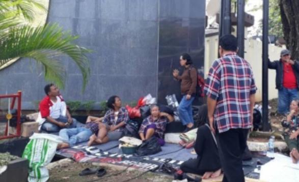 Kocak! Gelar Aksi Geletakan di Jalan, Ahokers Diusir Warga dan Polisi