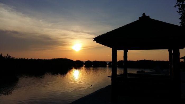 Menikmati Indahnya Sunset di Pulau Royal