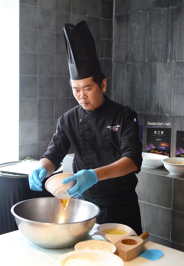 Chef Chong Kon Phin doing a mooncake making demonstration