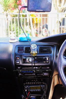 Radio komunikasi VHF Icom IC2100H dipasang di dashboard mobil.