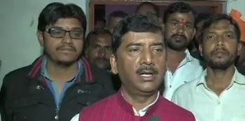 संतकबीर नगर से बीजेपी सांसद शरद त्रिपाठी  ने अपनी ही पार्टी के विधायक राकेश सिंह  को जूते से पीटा.