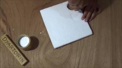 Gabus dicetat dengan bentuk lingkaran untuk tempat replika bunga