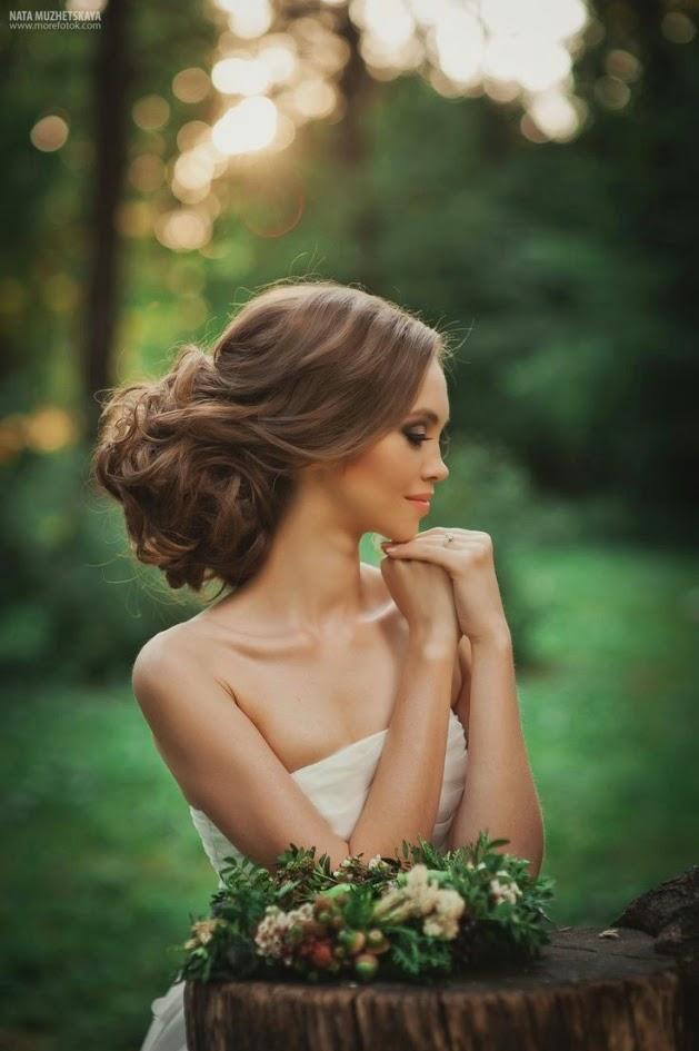 Recogido medio para novia con el pelo largo y rizado