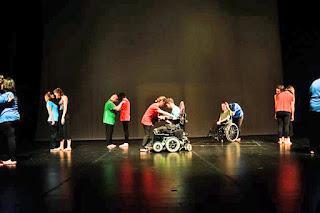 Συμπολίτες μας με αναπηρία τραγουδούν, χορεύουν και ανεβάζουν θεατρικά έργα χάρη στις δράσεις της VSA Hellas, που συμπληρώνει φέτος 25 χρόνια προσφοράς