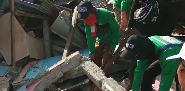 Relawan FPI Tidak Kuasa Menahan Tangis Saat Evakuasi Korban Tsunami Palu