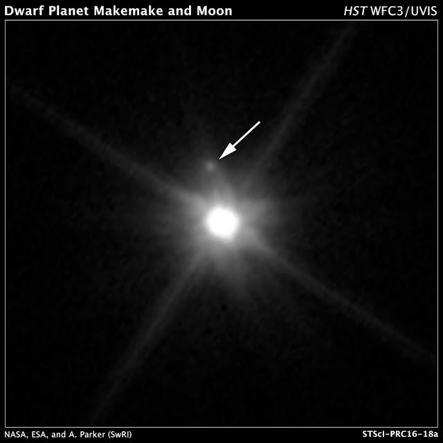 Hình ảnh được chụp bởi Kính Viễn vọng Không gian Hubble cho thấy vệ tinh đầu tiên được phát hiện của hành tinh lùn Makemake (dấu chấm mờ được chỉ mũi tên). Bản quyền hình : NASA, ESA, A. Parker and M. Buie (Southwest Research Institute), W. Grundy (Lowell Observatory), and K. Noll (NASA GSFC).