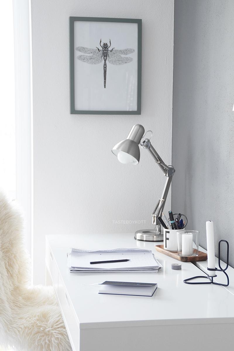 Gibt es eine Korrelation zwischen Kleiderschrank & Einrichtung? Gedanken zu Parallelen zwischen Dekoration und Mode. Schreibtisch dekorieren skandiavisch modern minimalistisch grau-weiß. Tasteboykott Wohnblog.