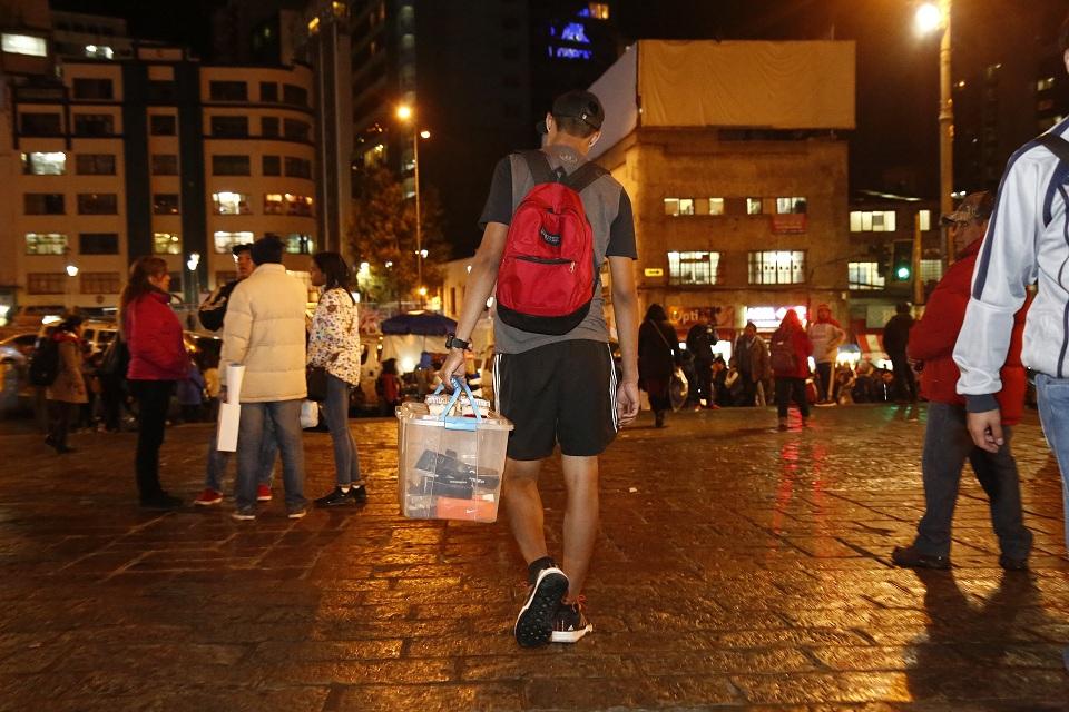 Ya es común ver a venezolanos vendiendo arepas o golosinas en las calles / URGENTE BO