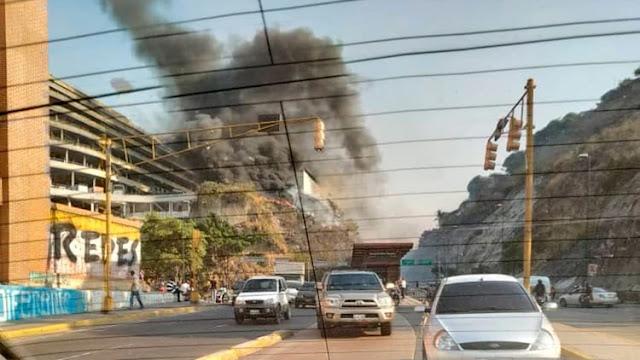 Incendio junto a El Helicoide, la sede del servicio de inteligencia venezolano que el chavismo usa como cárcel y centro de tortura