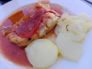 Bacalao a la vizaina acompañado con patatas al horno