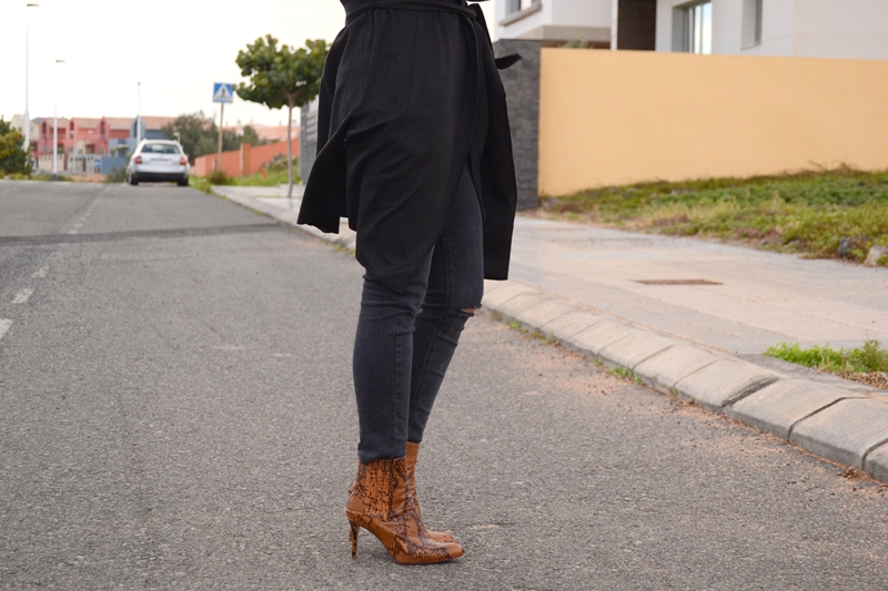 black-outfit-zara-booties-street-style