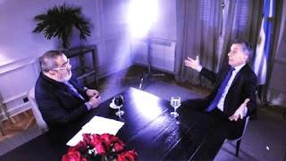 """""""Mauricio ya dijo que el humor no le preocupa. Para nosotros no es un tema Tinelli ni el programa, únicamente sale si se lo preguntan"""", procuró bajarle el tono a la discusión un funcionario con despacho en la Casa Rosada, y remarcó que la comunicación de Peña sucedió """" a partir de su sospecha, intentamos aclarar ese punto y nada más"""". Como Macri en sus declaraciones públicas, el Gobierno desestimará la disputa. """"No hubo pelea"""", dijo el Presidente al diario La Nación, antes de soltarse a lanzar una fuerte réplica: """"El decidió satirizarme y recibió 150.000 tuits de crítica. Investigamos el tema. No hubo trolls ni el Gobierno tuvo nada que ver. Sí hubo 30.000 tuiteros que lo criticaron. ¿Cómo no va a haber 30.000 tuiteros que simpatizan con el Gobierno si este gobierno es producto en gran medida de las redes sociales? Es increíble que se ofenda. Tinelli me satiriza de mala manera ante tres millones de personas en televisión y se ofende porque lo critican 30.000 tuiteros"""". Las palabras de Macri contradicen la supuesta intención de moderar la controversia. Más allá de las posiciones ambivalentes en ese punto, en Balcarce 50 no subestiman el daño que podría ocasionar que el conflicto se prolongue."""