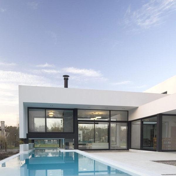 Hogares frescos casa contempor nea en blanco y negro con for Casa moderna argentina