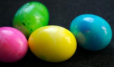 pirhi, kako jih naravno pobarvati, naravne barve za pirhe, velikonočna jajca