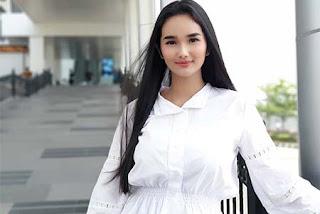 Faby Marcelia Pakai Baju Putih