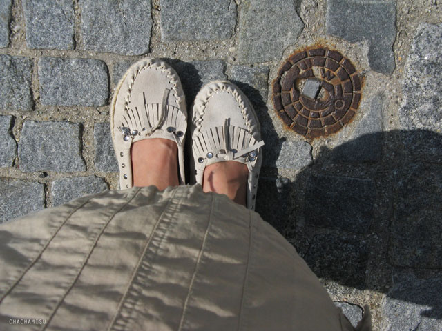 Chachamisu, style, photography, self portrait, selfies, OOTD, outfits, looks, summer, casual, boho chic, traveller, safari, H&M coral batwings top, off-shoulder, beige cargo skirt, LdiR Moka moccasins slippers, grey white stripes tank