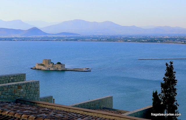 O forte do Bourtzi ao cair da tarde, Nafplio, Grécia