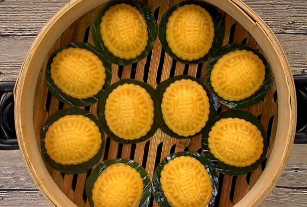 Ngoài ra, các loại bánh truyền thống khác bao gồm bánh hình rùa, được làm hình chiếc mai rùa dùng trong các dịp mừng thọ, có vỏ bột gạo nếp và nhân đậu xanh.