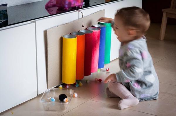 nios jugando con juguetes caseros